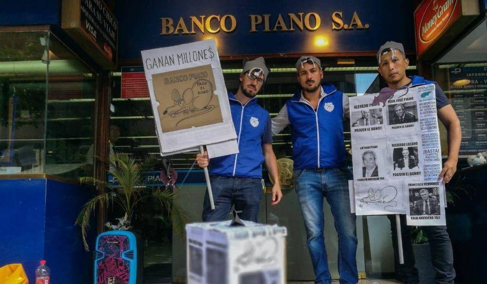 Bancarios reclaman un bono, Banco Piano se niega y les manda la policía