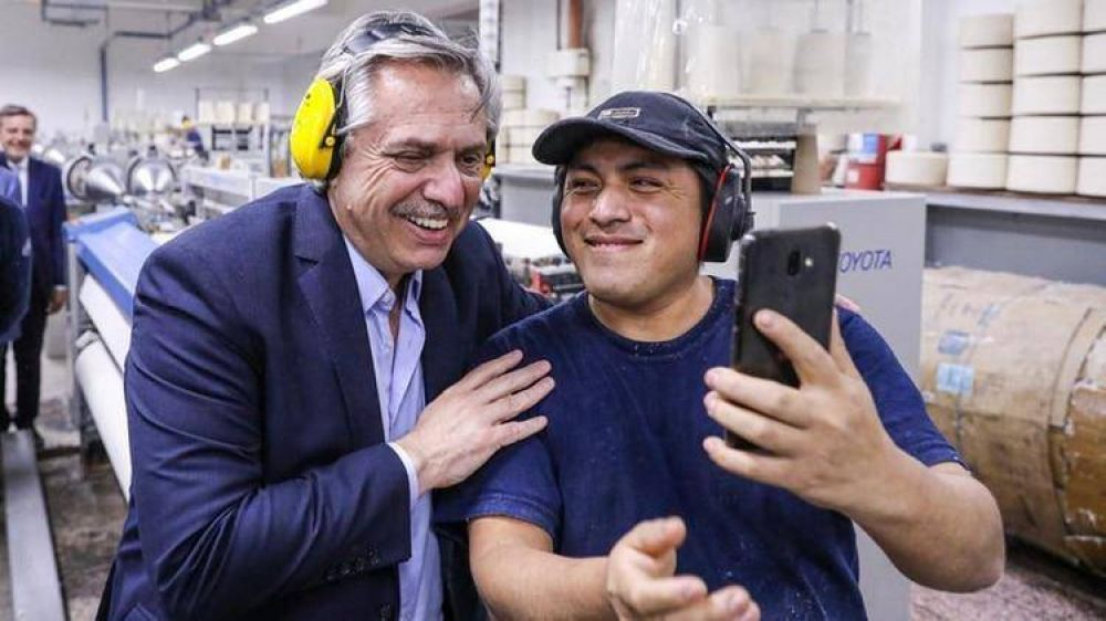 """Alberto Fernández recorrió una fábrica textil en San Martín: """"Queremos que Argentina recupere su industria y los argentinos vuelvan a trabajar"""""""