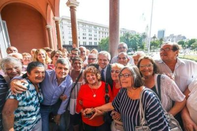 Alberto Fernández recibió a jubilados de Hurlingham