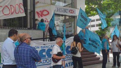 Trabajadores bancarios reclamaron por el cierre de una sucursal de HSBC en Balcarce