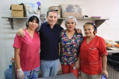 Fernando Gray entregó juguetes en el Hospital Santamarina