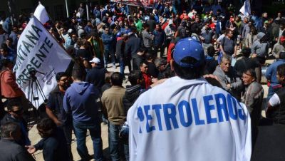 """Petroleros neuquinos advirtieron que """"no habrá paz social con trabajadores en la calle"""""""