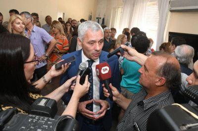 El nuevo intendente de Berisso se bajó el sueldo y recortó el de los funcionarios