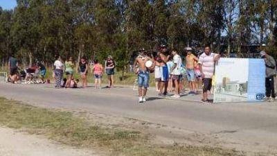 Vecinos realizan un corte de calle por estar sin servicio de agua desde el jueves