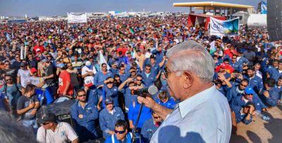 Petroleros firmaron paz social estival a cambio de adelantar paritarias y congelar los despidos