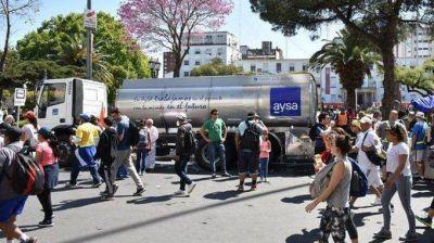 AYSA lleva agua potable en camiones cisternas a la Villa 31 de Retiro