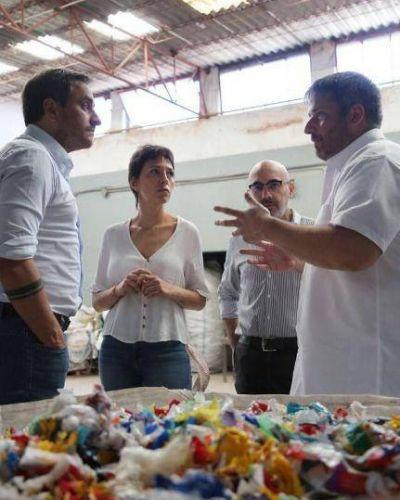 Mendoza y Cabandié visitaron una planta recicladora de plásticos de Bernal Oeste