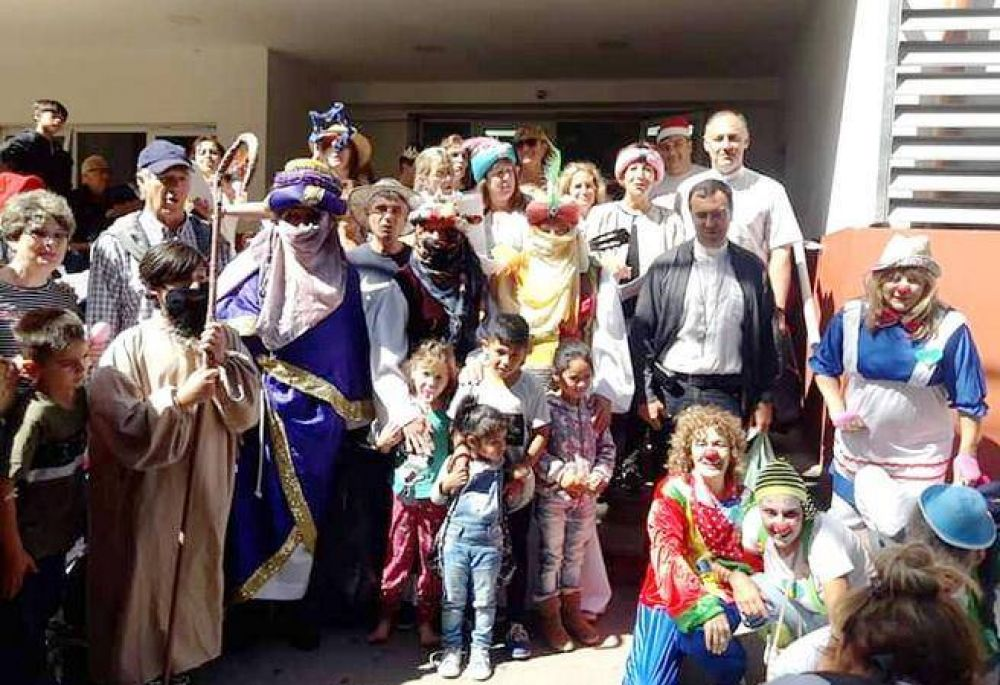 Los Reyes Magos pasaron por el Hospital Materno Infantil junto al Obispo Diocesano Gabriel Mestre