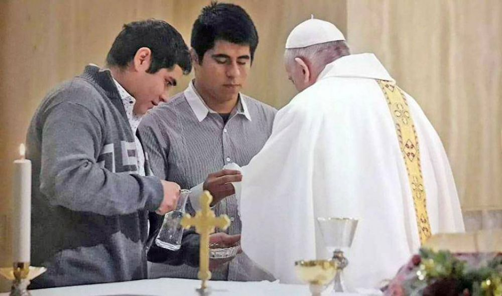Chicos santiagueños recuperados de las drogas fueron monaguillos en misa del Papa en Roma