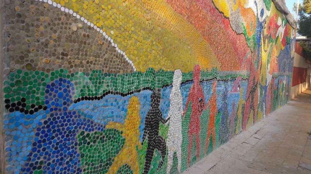 Alumnos inauguraron un mural hecho con más de 50.000 tapitas plásticas