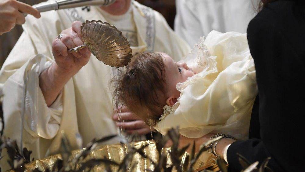 El Papa bautiza a 32 recién nacidos y explica a los padres la importancia del bautismo