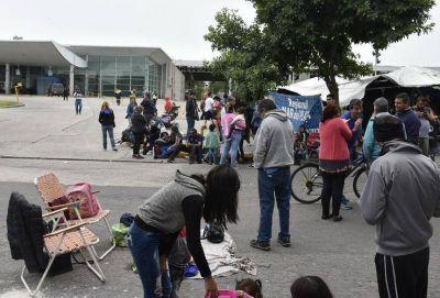 Continúa bloqueda la Terminal de Omnibus y los turistas bajan peligrosamente en la avenida Luro