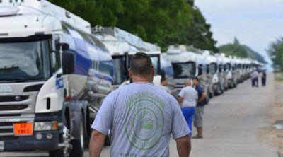 Moyano bloqueó una planta cordobesa de YPF que se niega a pagar el bono de 20 mil pesos a Camioneros