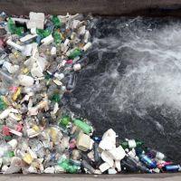 Un paisaje lamentable: así se contamina el agua con basura en los canales