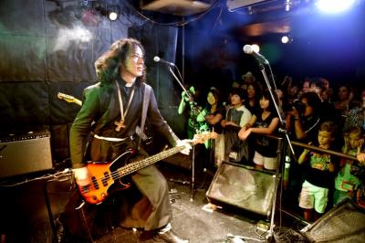 Un pastor rockero busca salvar las almas del barrio rojo de Tokio