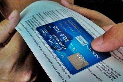 Arroyo encabezó la entrega de las primeras 560.000 tarjetas AlimentAR