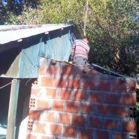 Santo Pipó: militantes del PAyS, Evita y vecinos construyeron baño instalado a dos abuelos