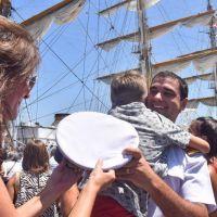 La Fragata Libertad amarró en Mar del Plata con música, banderas y la emoción del reencuentro tras un largo viaje