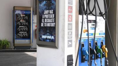 El Gobierno volvió a postergar un alza en los impuestos de los combustibles y busca que se mantenga el precio en los surtidores