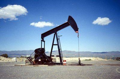 El petróleo se desplomó en enero casi 16%, su mayor caída en 8 meses