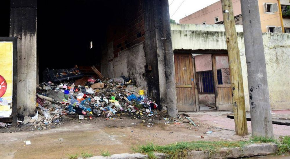 A pocas cuadras del Centro, un edificio abandonado se convirtió en un basural