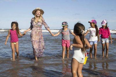 Fabiola Yáñez en Chapadmalal: acompañó a chicos de comunidades rurales a conocer el mar