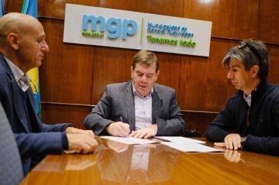 """Después del cruce con Kicillof, Montenegro firmó el convenio """"Escuelas a la obra"""""""