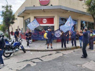 Los repositores siguen sin respuestas y volvieron a manifestarse en la puerta de un supermercado