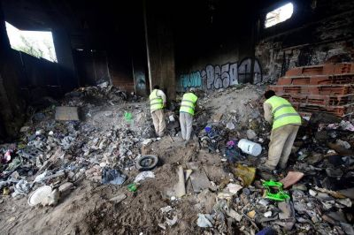 Basural en un edificio: la limpieza lleva tres días de trabajo, con 15 camiones