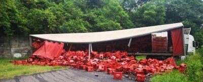 Volcó un camión de gaseosas en la subida a Villa Nougués: paso bloqueado