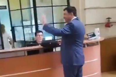 Por bares y peñas, Ricardo Echegaray encabeza su gira de reivindicación