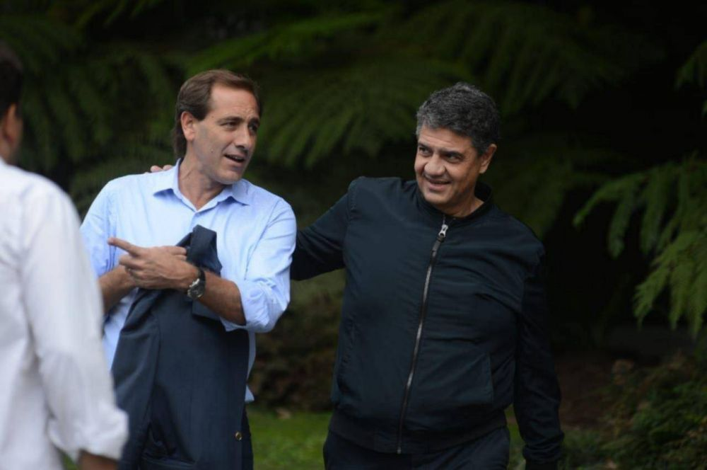 En silencio y en público, Garro tiende puentes con los gobiernos provincial y nacional