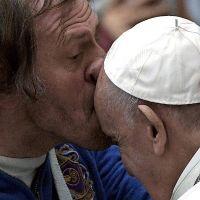 El hombre que besó la frente del Papa dice que la Virgen lo curó en Lourdes