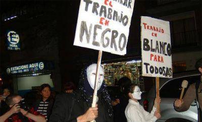 """La Argentina """"en negro"""": la informalidad laboral no disminuye y afecta a la mitad de los trabajadores"""