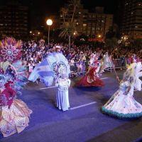 """Al ritmo de las murgas y comparsas se disfruta el """"Corso Central"""" en Plaza España"""