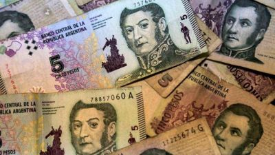 Funcionario mostró su descontento por recibir un vuelto en billetes de 5 pesos