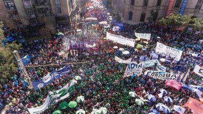 Las tres centrales sindicales movilización para respaldar a Fernández en la apertura de sesiones