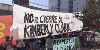 """Cierre de Kimberly-Clark: marcha para rechazar despidos y denunciar """"persecución judicial"""" a sus trabajadores"""