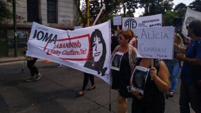 Marcha a IOMA a dos años del fallecimiento de Gaby Ciuffarella