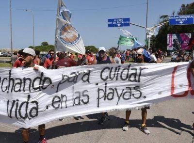 Guardavidas se manifestaron y cortaron el acceso a las Playas del Sur ,este lunes van ante la Comuna