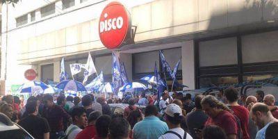 Reclamos y medidas de fuerza en la sucursal Flores del supermercado Disco por despidos de delegados sindicales