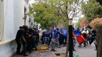 Chubut: Incidentes entre la policía y trabajadores estatales frente a la Casa de Gobierno