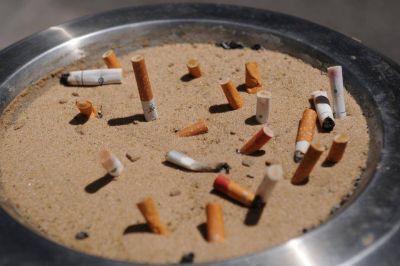 Podrían multar a quienes arrojen colillas de cigarrillos a la vía pública