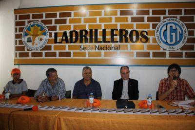 Gerardo Martínez y Luis Cáceres encabezaron la presentación del nuevo Pasaporte Ladrillero