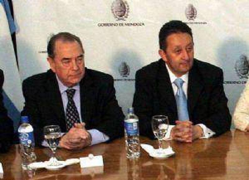 """El gobernador de La Pampa admitió que Jaque """"les hace llegar agua"""""""