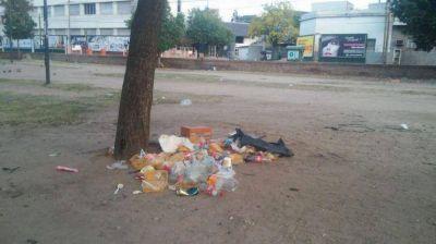 Vecinos de Parque Las Heras indignados por la basura
