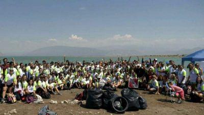 Voluntarios sanjuaninos juntaron 1600 kilos de residuos en el Dique de Ullum.