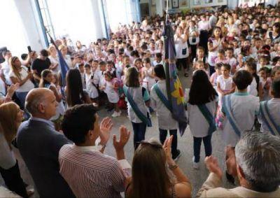 Grindetti entregó los primeros 62 kits escolares a alumnos de primer grado de Lanús
