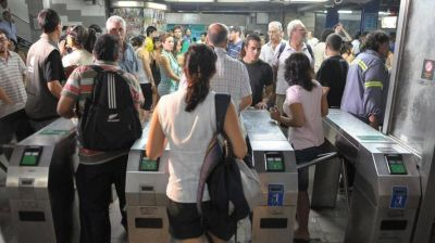"Metrodelegados liberan molinetes ante la ""falta de avance de la paritaria 2019"""