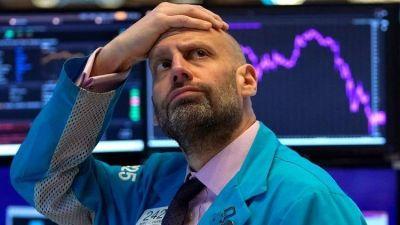 """La crisis de mercados impacta en Argentina: el Riesgo País llegó superar los 3.200 puntos y el dólar """"contado con liqui"""" alcanza los 90 pesos"""